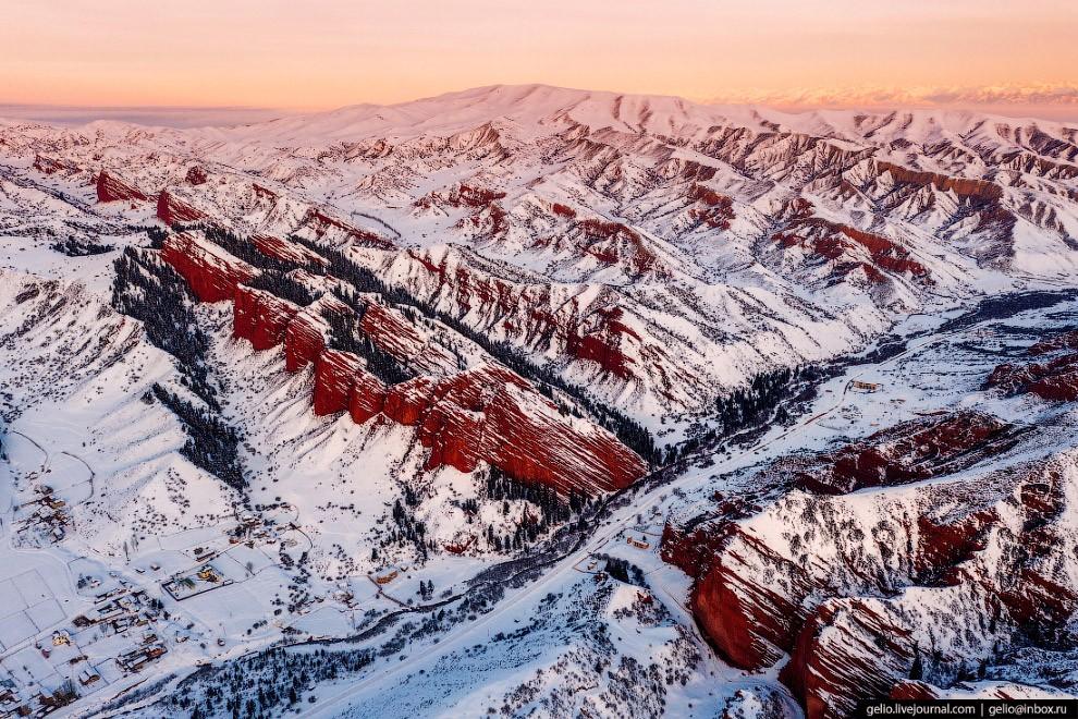 Ущелье Джеты-Огуз — одно из самых примечательных природных достояний Кыргызстана